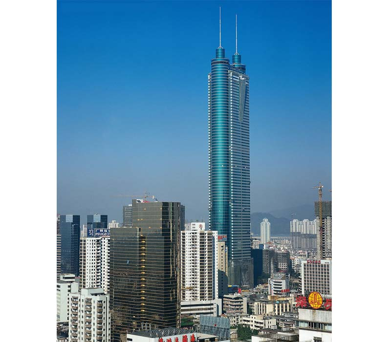 """信兴广场 地王大厦,正式名称为信兴广场。大厦高69层,总高度383.95米(实际建筑高324.8米),建成时曾是亚洲第一高楼,也是全国第一个钢结构高层建筑,位居目前世界十大建筑之列。1995年6月9日,地王大厦主楼封顶。主题性观光项目""""深港之窗"""",就坐落在巍峨挺拔的地王大厦顶层,是亚洲第一个高层主题性观光游览项目。在此可以俯览深圳市容,远眺香港市容。地王大厦信兴广场由商业大楼、商务公寓和购物中心三部分组成。是深圳的重要标志。"""